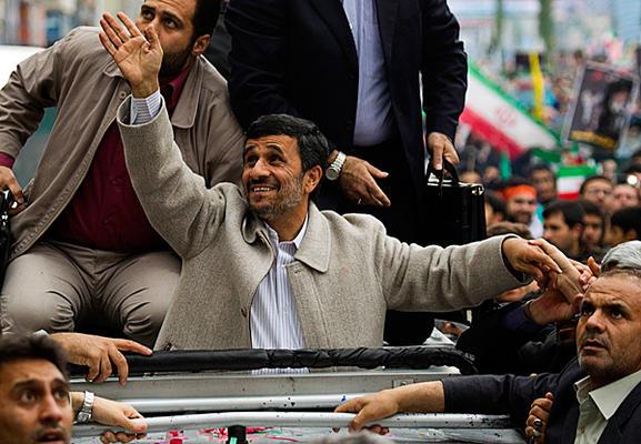 عکس جالب رویترز از احمدی نژاد در 22 بهمن