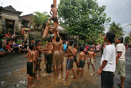 بالا رفتن از تیر ، بهترین رسم در اندونزی (+عکس)