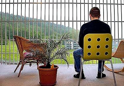 به نظر شما اینجا زندان است با هتل ؟!!