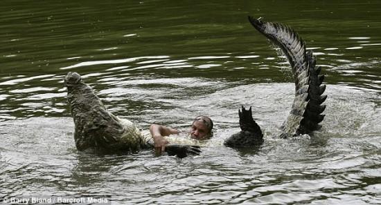 دوستی عجیب و باور نکردنی مرد با تمساح غول پیکر