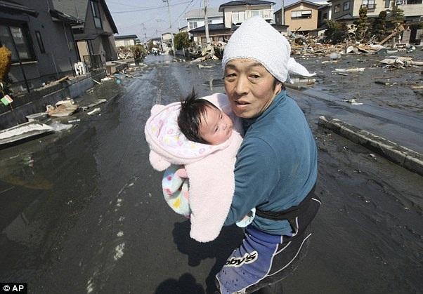 نوزادی پس از 3 روز از زیر آوار زنده بیرون آمد + عکس