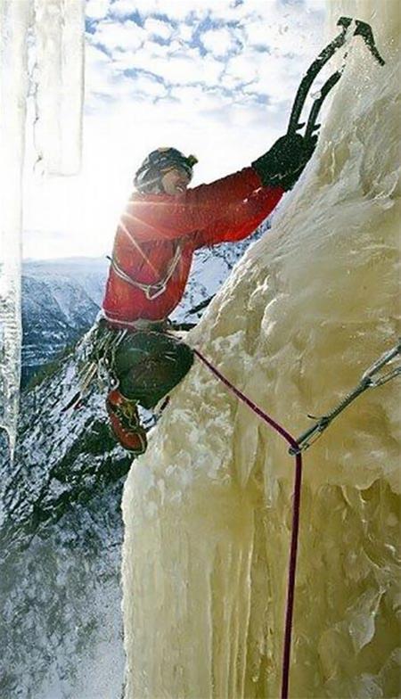 عکس های صعودی باور نکردنی مردی از آبشار یخ زده