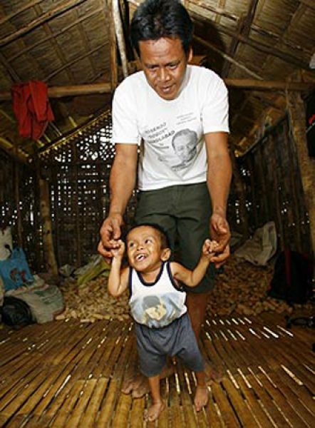 عکس هایی با مزه از زندگی کوتاه قدترین مرد جهان