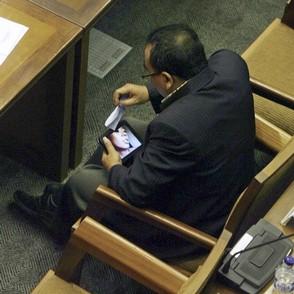 نماینده مجلس در حال دیدن فیلم مستهجن
