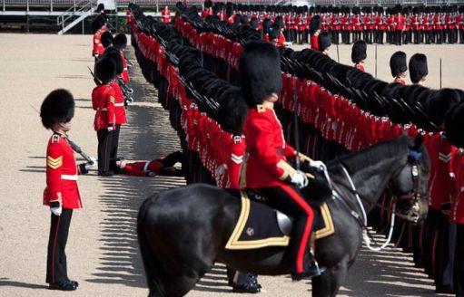 عکسهای خنده دار از غش سربازان در مراسم رسمی