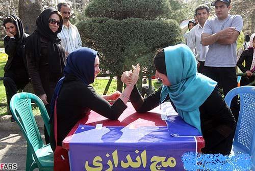 عکسی از مسابقه مچ اندازی دختران در تهران