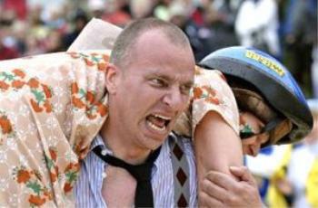 عکس هایی دیدنی از مسابقه جالب حمل همسر