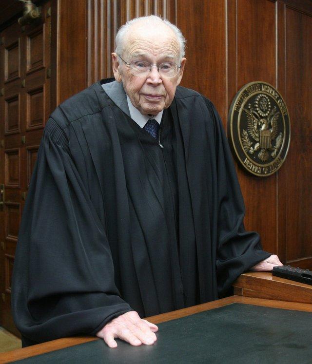 پیرترین قاضی جهان + عکس
