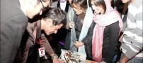 محمدرضا گلزار درحال امضا دادن به دختران در تورنتو