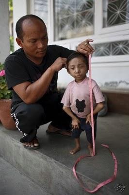 عکس هایی بامزه و دیدنی از کوچک ترین مرد جهان