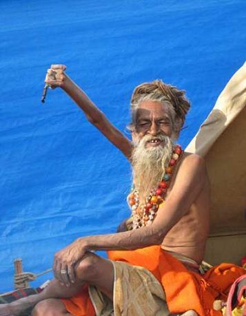 مردی که 38 سال دست خود را بالا نگه داشت+عکس