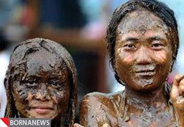 تصاویری از سیاه کردن دختران جوان برای زیبایی بیشتر