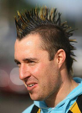 اخراج بازیکن فوتبال به علت مدل موهای خطرناکش