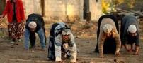 خانواده ای عجیب که 4 دست و پا راه میروند + عکس