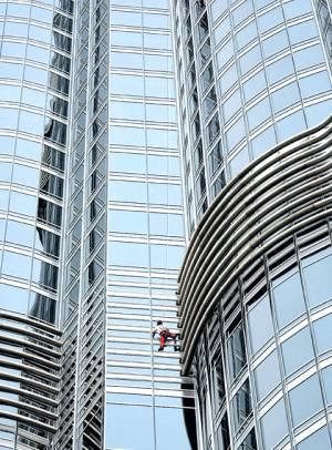 اولین خودکشی با پریدن از بلندترین برج جهان + تصاویر