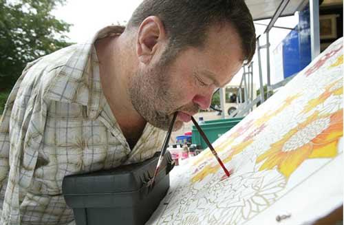 نقاشی با دهان توسط هنرمندان بدون دست