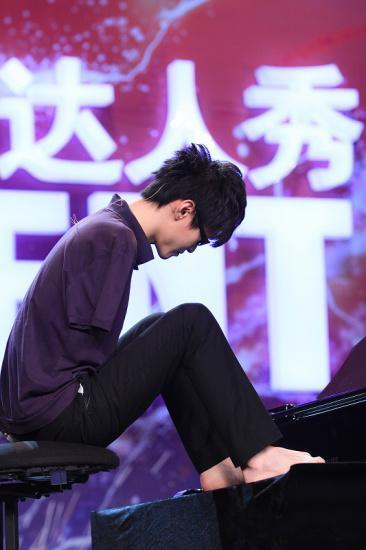 پیانو نواز معروف چینی بدون دست!!