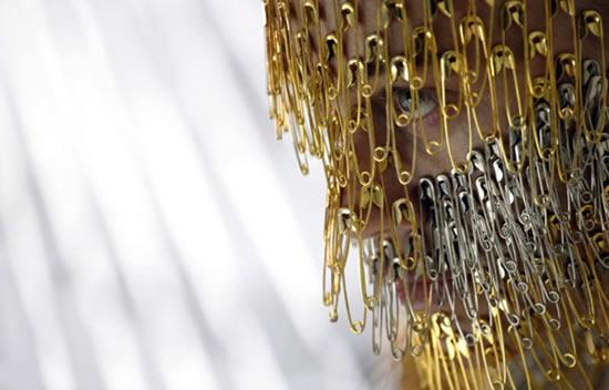 هنرنمایی باور نکردنی یک زن با سنجاق قفلی+عکس