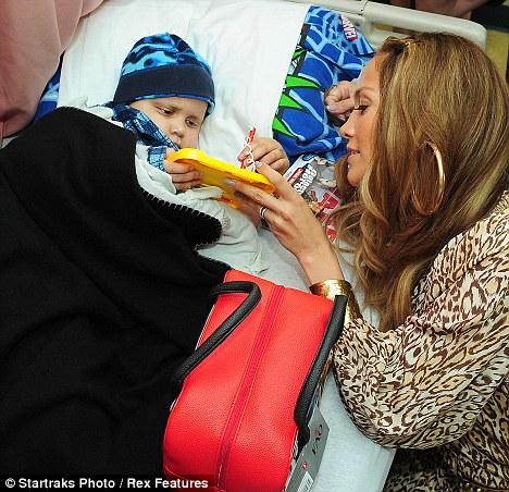 عکس هایی از بازدید جنیفر لوپز از بیمارستان کودکان