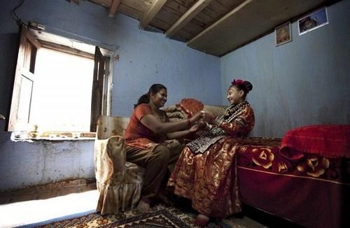 رفتار بسیار عجیب مردم نپال با دختران باکره + عکس