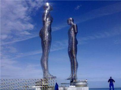 مجسمه عجیب و متحرک زن و مرد عاشق