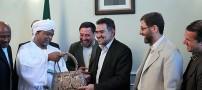 اهدای کیف زنانه به وزیر ارشاد! +عکس