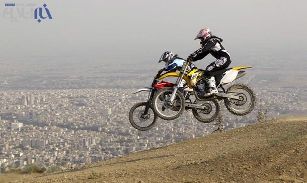 عکس هایی از تمرین دختر موتورسوار ایرانی در کوه ها