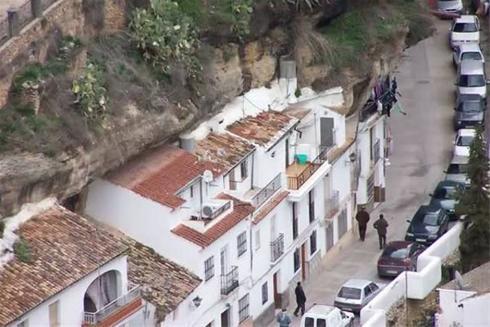 زندگی در شهری عجیب و خانه هایی میان صخره ها !!