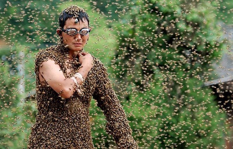 عجیب ترین مسابقه با پوشیدن لباسی از زنبور +عکس