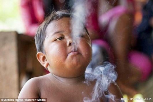کودکی 2 ساله که روزی 40 نخ سیگار میکشد +عکس
