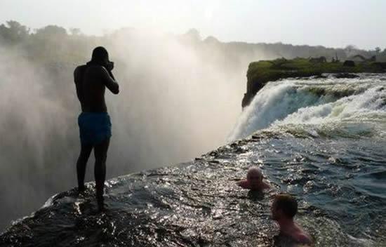 شنا در مرگبارترین جای ممکن!! (تصویری)