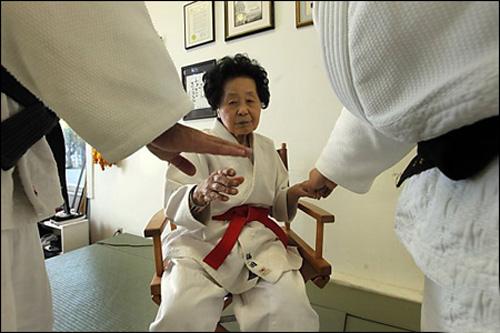 پیر زنی 98 ساله که دان 10 جودو گرفت !! +عکس