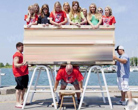 بلند کردن 22 دختر در مسابقه قوی ترین مردان +عکس