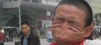 عکس های جالب مردی که بینی خود را گاز می گیرد!