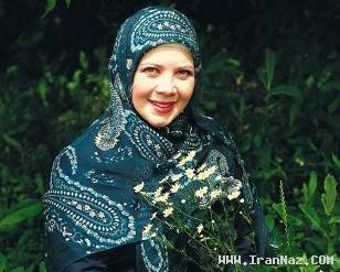 مجری زنی که روسری و دامن کوتاه می پوشد +عكس