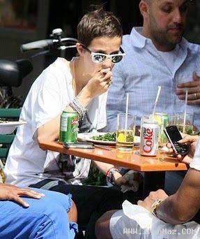 عکس هایی خنده دار از افراد مشهور در حال خوردن