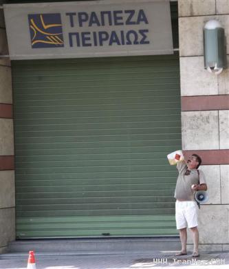 عکس های خودسوزی مرد 55 ساله بیرون بانک 18+