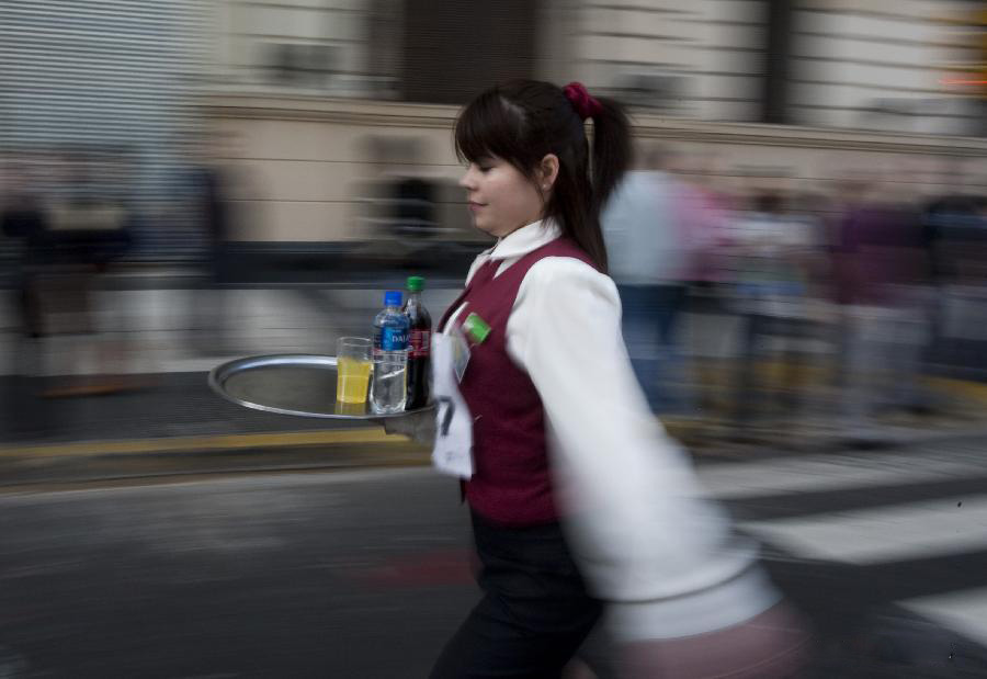 مسابقه جالب دوی پیشخدمت ها در آرژانتین! + عکس