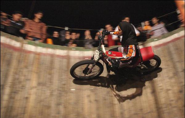 عکس های تنها دختر موتورسوار دیوار مرگ در ایران !!
