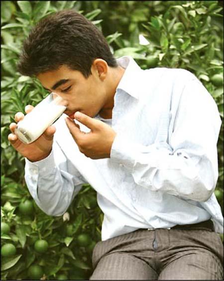 پسر ایرانی با چشم خود شیر پرتاب میکند! +عکس