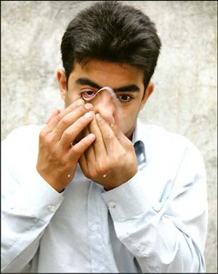 پسر ایرانی با چشم خود شیر پرتاب میکند! +عکس ، www.irannaz.com