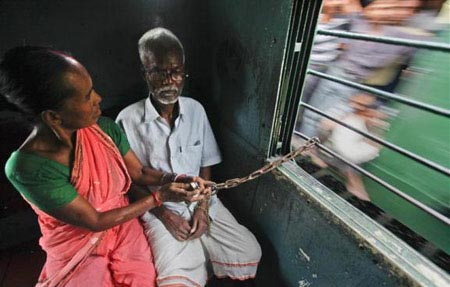 زنی که شوهرش را با زنجیر به خودش می بندد+عکس