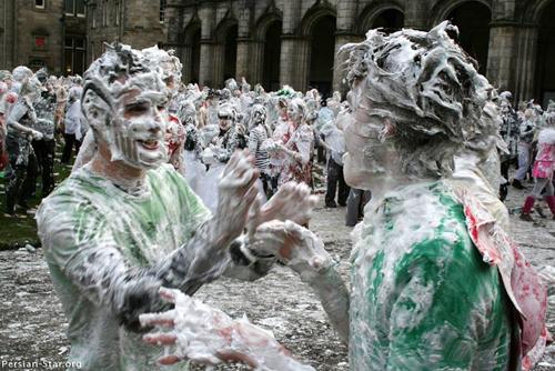 عکس هایی دیدنی از جشن دانشجویان با کف صابون