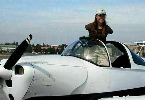 انتخاب دختر بدون دست به عنوان بهترین خلبان آمریكا