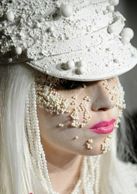شهرت خواننده زن بخاطر لباس و آرایش عجیب +عکس