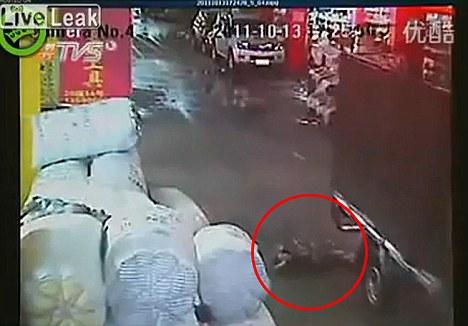 حادثه دلخراش زیر گرفتن یک دختر بچه چینی +تصاویر