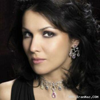 زنی زیبا و 40 ساله با گران ترین صدای دنیا !!! +تصاویر
