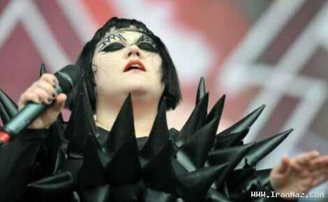 عکس های زنی خواننده با خنده دارترین لباسهای دنیا