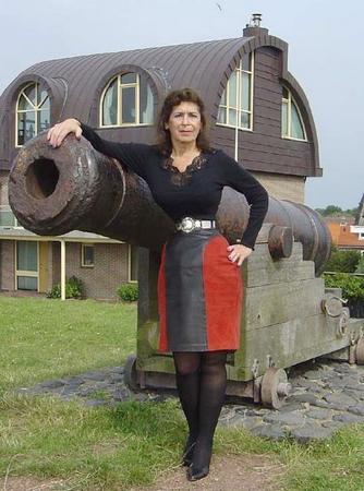 عکس های دیدنی از کمر باریک ترین زن جهان