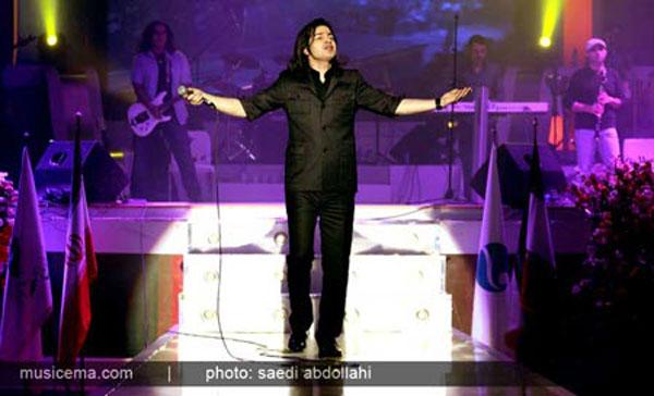عکس هایی از کنسرت خواننده معروف در یک جزیره